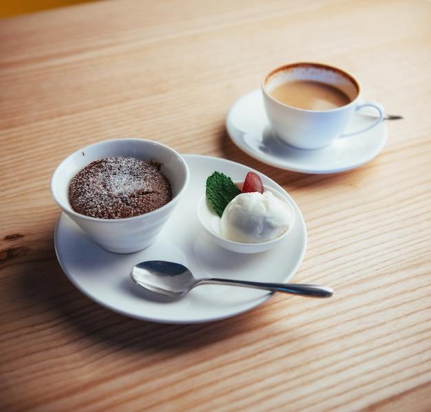 Kucheneis mit schokoladencappuccino