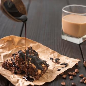 Kuchenglasur mit einem glas kaffee