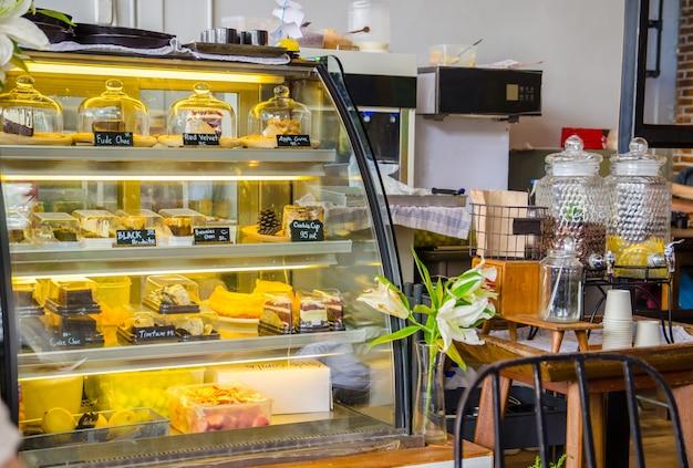 Kuchenkühlschrank im kaffeecafé mit dem trinken