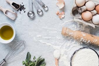 Küchenutensilien und Zutaten zum Backen von Kuchen
