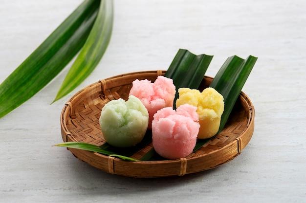 Kue mangkok oder kue apem, indonesischer traditioneller gedämpfter cupcake jajanan pasar