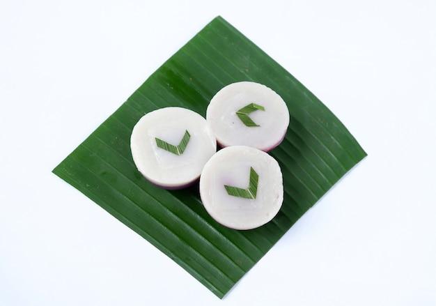 Kue talam auf bananenblatt isoliert auf weißem hintergrund. traditioneller kuchen aus indonesien.