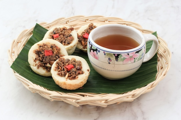 Kue talam oncom traditioneller gedämpfter cup cake aus indonesien mit oncom topping