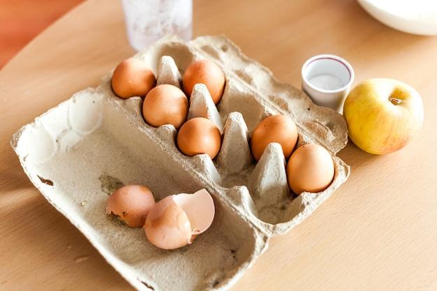 Küche, kochen, kinder kochen, familie und mutter, leckeres frühstück mit eiern