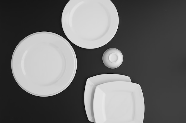 Küchen- und restaurantutensilien, teller, auf dunklem hintergrund