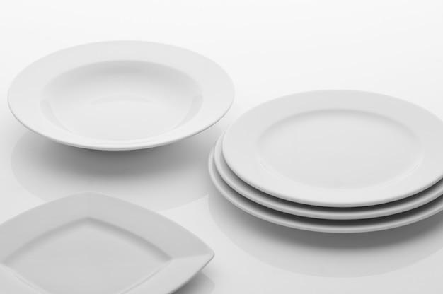 Küchen- und restaurantutensilien, teller, auf hellem hintergrund