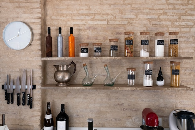 Küchenbankregale mit verschiedenen lebensmittelinhaltsstoffen auf ziegelsteinhintergrund