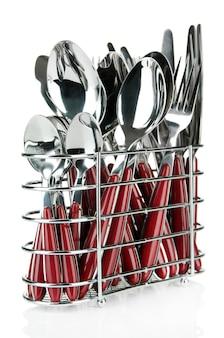 Küchenbesteck, messer, gabeln und löffel in metallständer, auf weiß