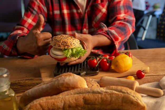 Küchenchef macht hamburger hausgemacht.