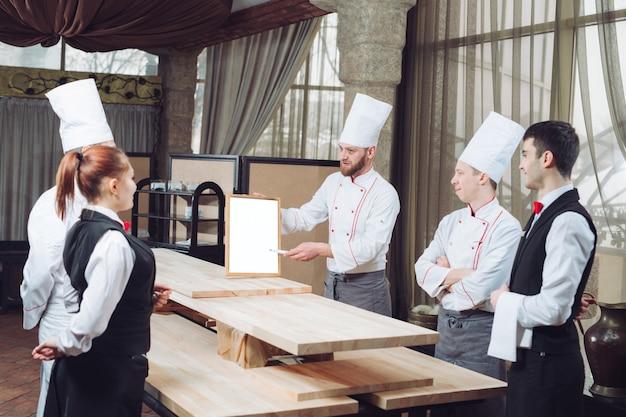 Küchenchef und sein personal in der küche.
