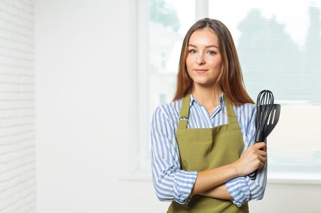 Küchenfrau, die nahrung bildet