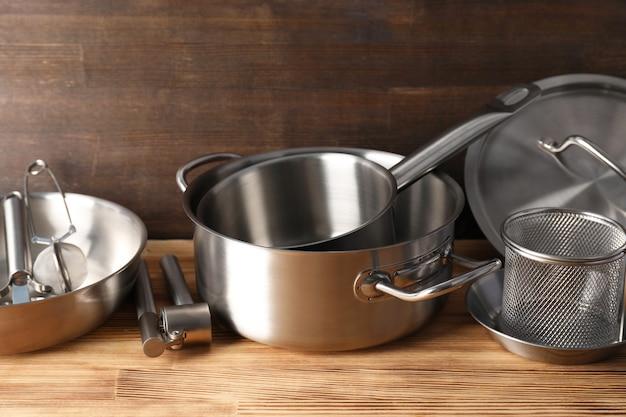 Küchengerät auf holztisch, selektiver fokus.