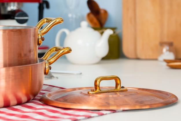 Küchengeräte auf eine moderne hauptküchentischplatte