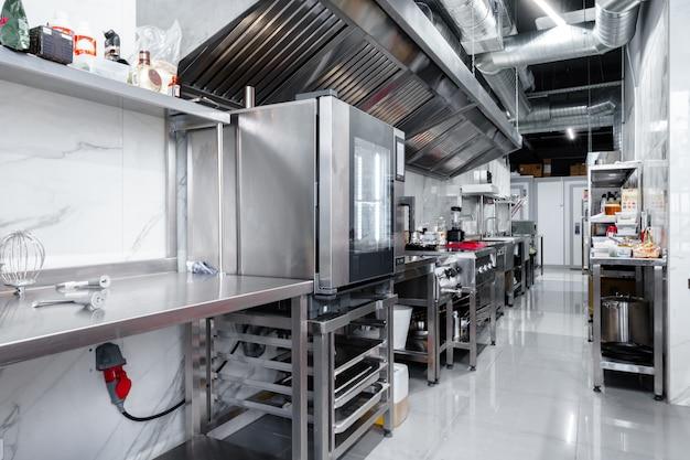 Küchengeräte in der professionellen küche in einem restaurant, niemand