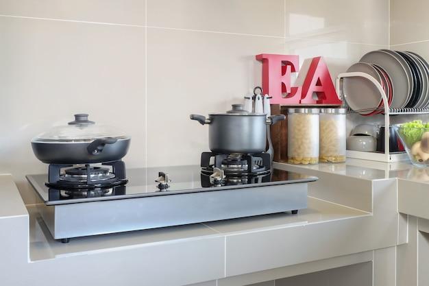 Küchengeschirr und gerät auf zähler im küchenraum zu hause