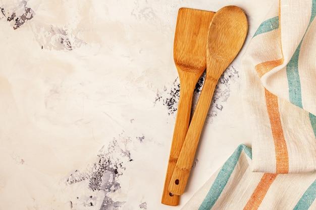 Küchenhintergrund mit handtuch und kochwerkzeugen