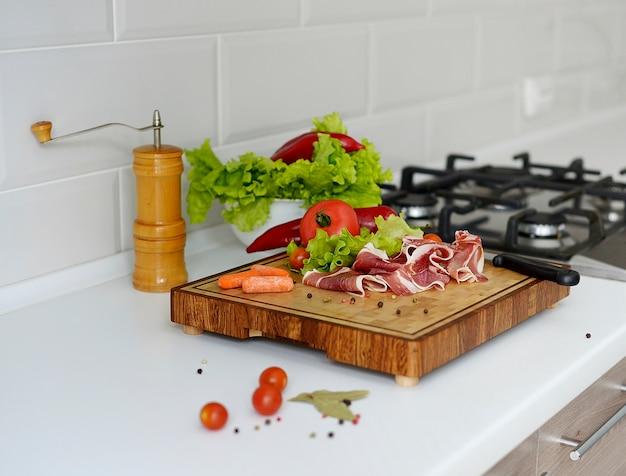 Küchenholzbrett mit frischen zutaten