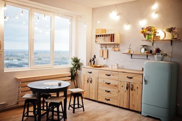 Kücheninnenraum mit altem küchengeschirr der weinlese.