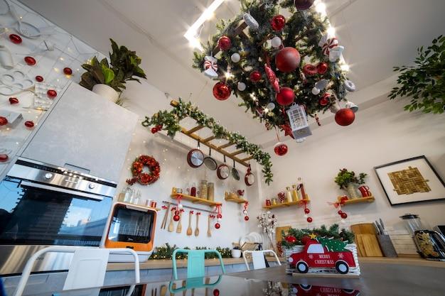 Kücheninsel mit kochfeld spiegelt die weihnachtsdekoration der küche für die familienweihnachtsfeier wider