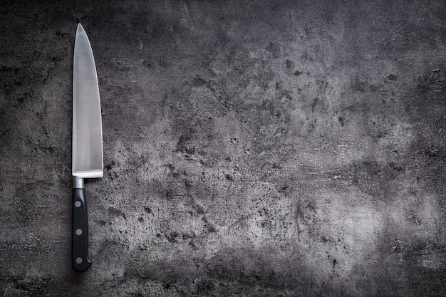 Küchenmesser auf beton- oder holzbrett.