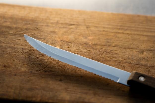 Küchenmesser auf einer hölzernen planke