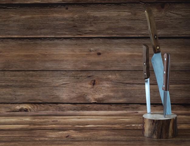 Küchenmesser stecken in einem holzständer. speicherplatz kopieren.