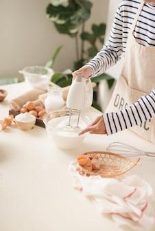 Küchenmixer schlagsahne pudding gebäck schneebesen dreht sich schnell