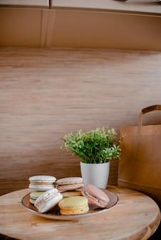 Küchenplatte mit bunter makrone.
