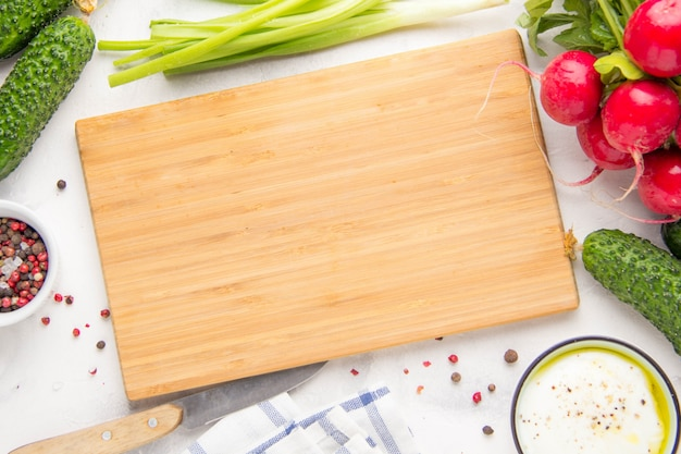 Küchenschneidebrett, salatbestandteile herum. platz für textfreiraum
