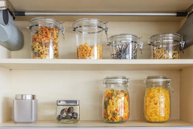 Küchenschrank mit geöffneten fronten mit küchenbank regalen mit verschiedenen lebensmittelzutaten