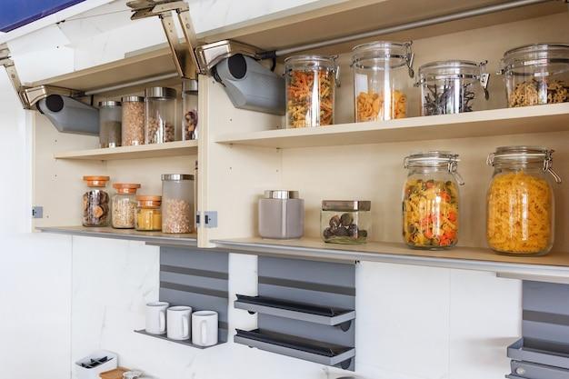 Küchenschrank mit geöffneten fronten mit küchenbank regalen