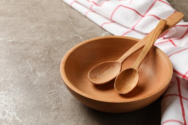 Küchenserviette mit holzgeschirr auf grauem tisch