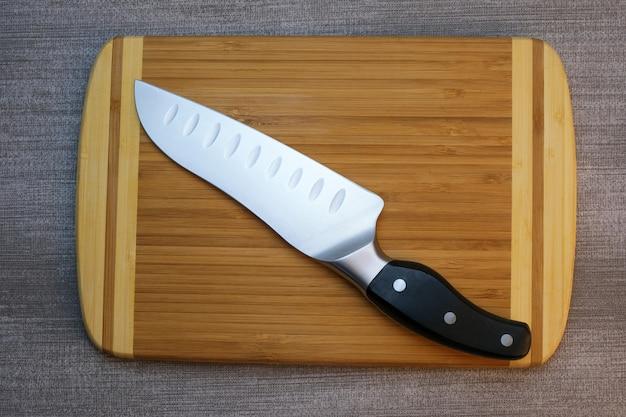 Küchenstillleben auf einer grauen tischdecke
