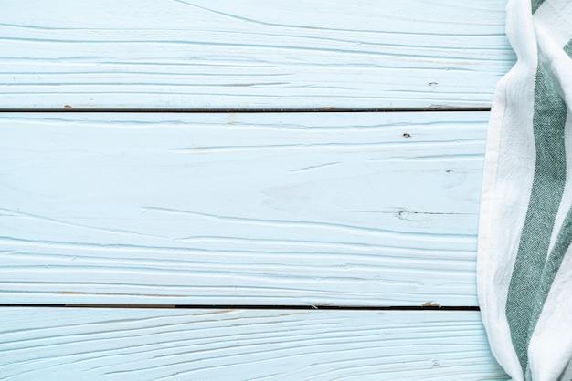 Küchenstoff (serviette) auf blauem hölzernem hintergrund