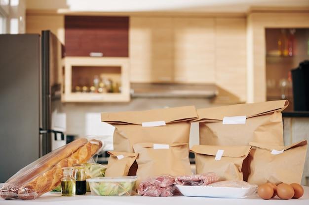 Küchentheke mit geliefertem essen