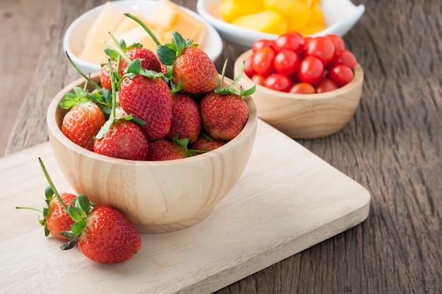Küchentisch mit frischen erdbeeren
