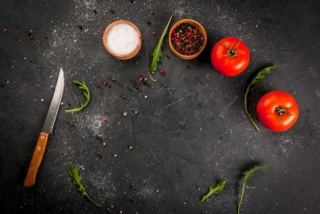 Küchentisch mit messer, gewürzen und kräutern