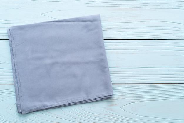Küchentuch auf blauer holzoberfläche
