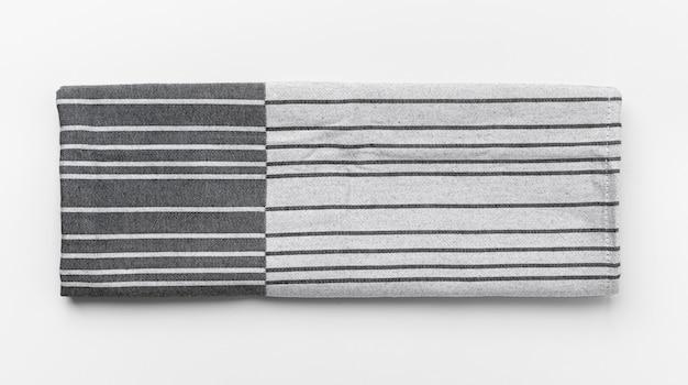 Küchentuch lokalisiert auf weißem tisch, nahaufnahme