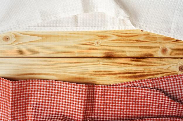 Küchentuch oder serviette über dem holztisch. nahaufnahme.
