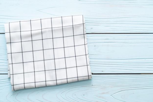 Küchentuch (serviette) auf blauem holz