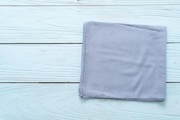 Küchentuch (serviette) auf blauem holzhintergrund