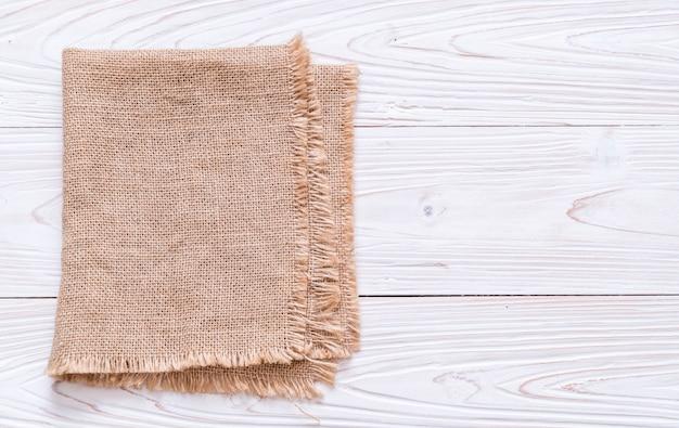Küchentuch (serviette) auf hölzernem hintergrund