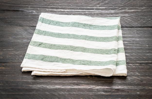 Küchentuch (serviette) auf holzhintergrund