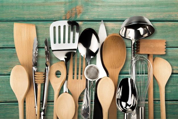Küchenutensil aus metall und holz im hintergrund