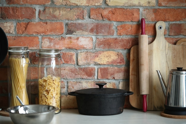 Küchenutensilien an der wand