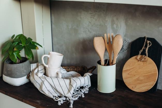Küchenutensilien auf dem tisch in der küche. küchengeräte.