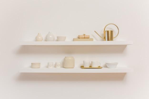 Küchenutensilien auf regal auf weiß