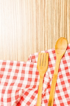 Küchenutensilien auf tischdecke auf holztisch über