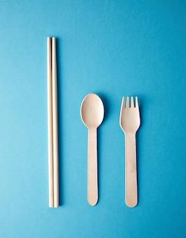 Küchenutensilien für das essen zum mitnehmen: holzrecycling-öko-löffel